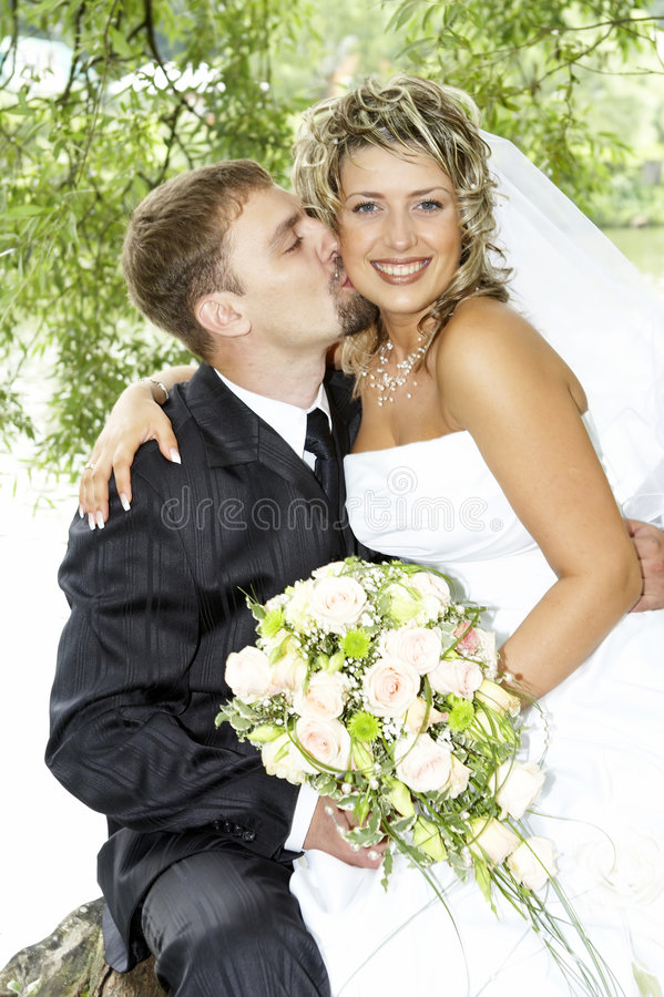 Coppie sul loro giorno delle nozze fotografie stock libere da diritti