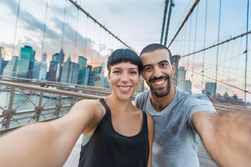 Coppie sul ponte di Brooklyn fotografia stock libera da diritti
