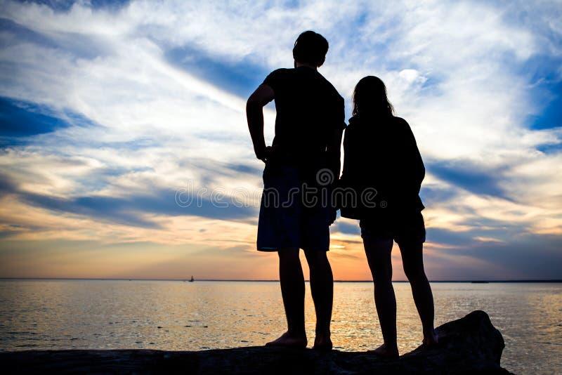 Coppie sul tramonto immagine stock libera da diritti