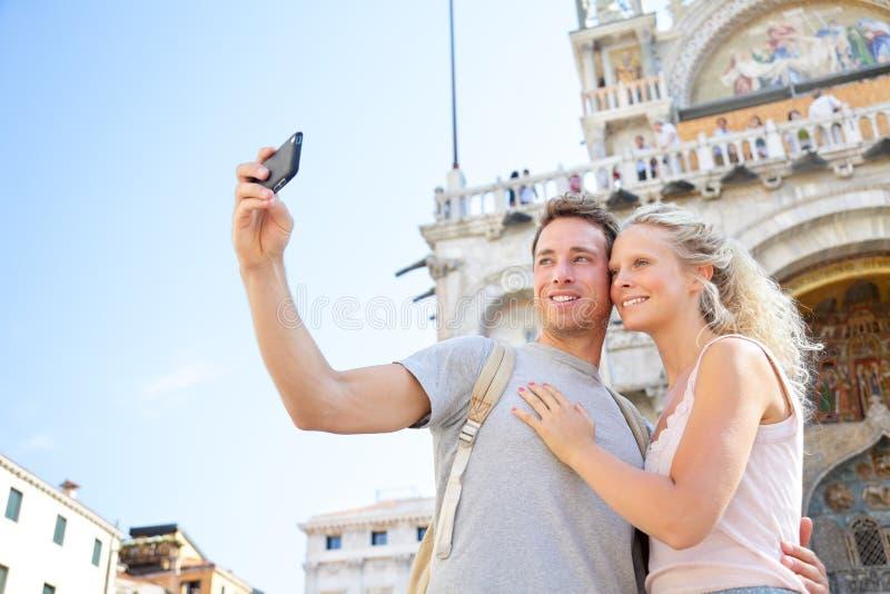 Coppie sul viaggio che prende la foto Venezia, Italia del selfie fotografia stock libera da diritti