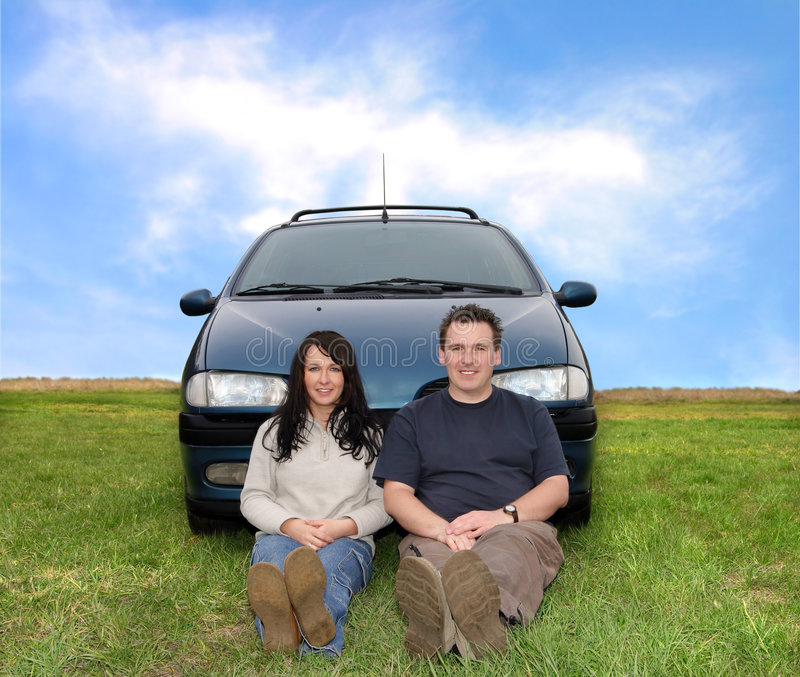 Coppie sul viaggio dell'automobile immagine stock