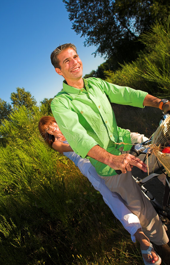 Coppie sulla bicicletta immagini stock libere da diritti