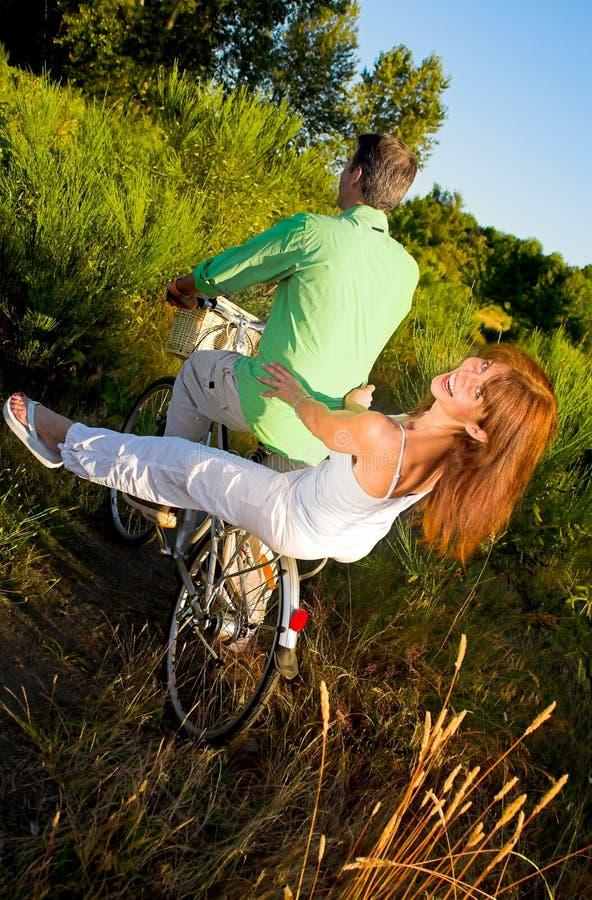 Coppie sulla bicicletta fotografia stock
