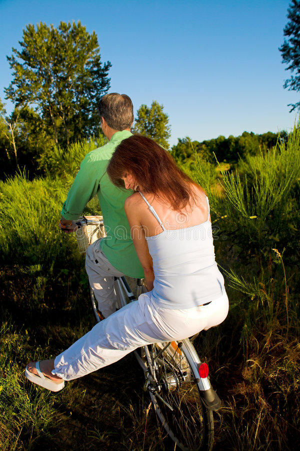 Coppie sulla bicicletta immagine stock libera da diritti
