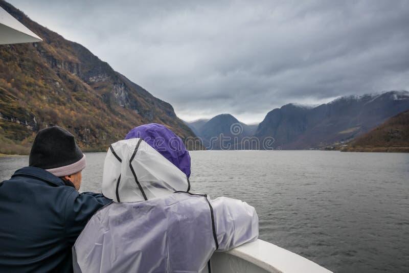 Coppie sulla crociera del fiordo fotografia stock
