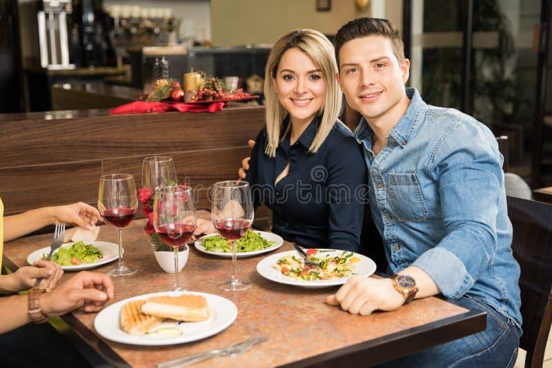 Coppie sveglie che mangiano in un ristorante immagine stock