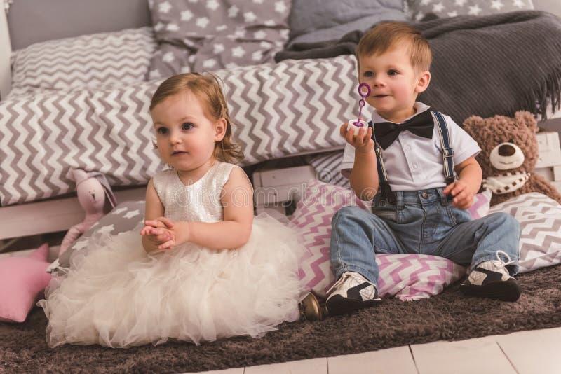 Coppie sveglie dei bambini fotografie stock libere da diritti