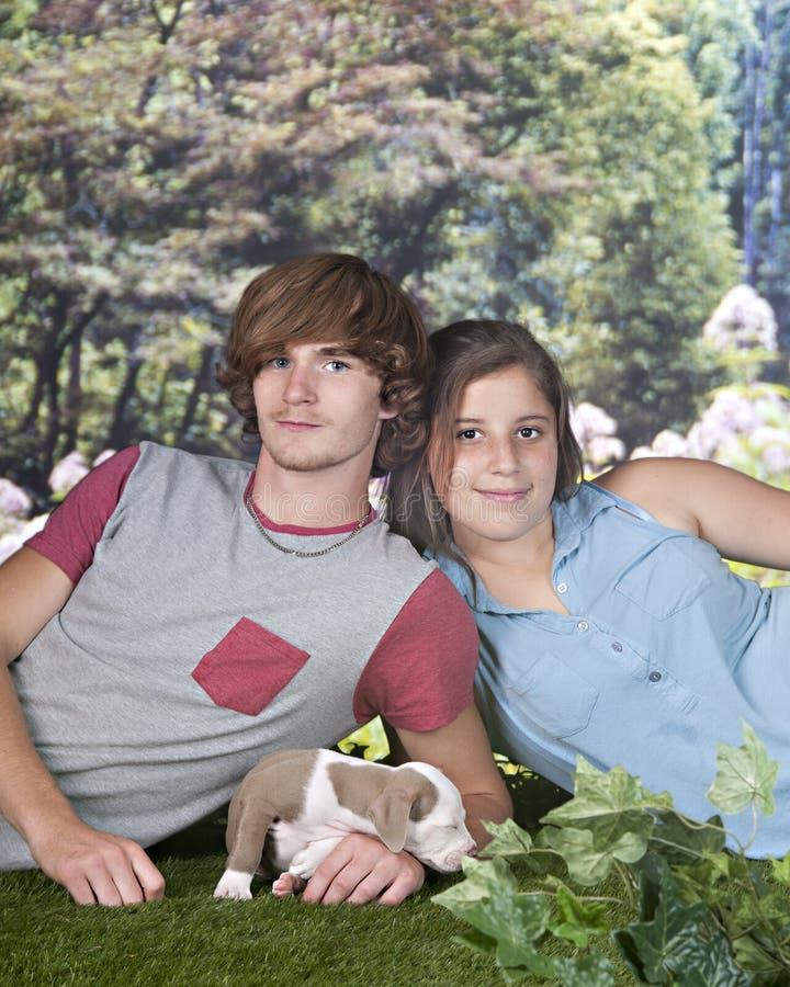 Coppie teenager con il giovane cucciolo immagini stock