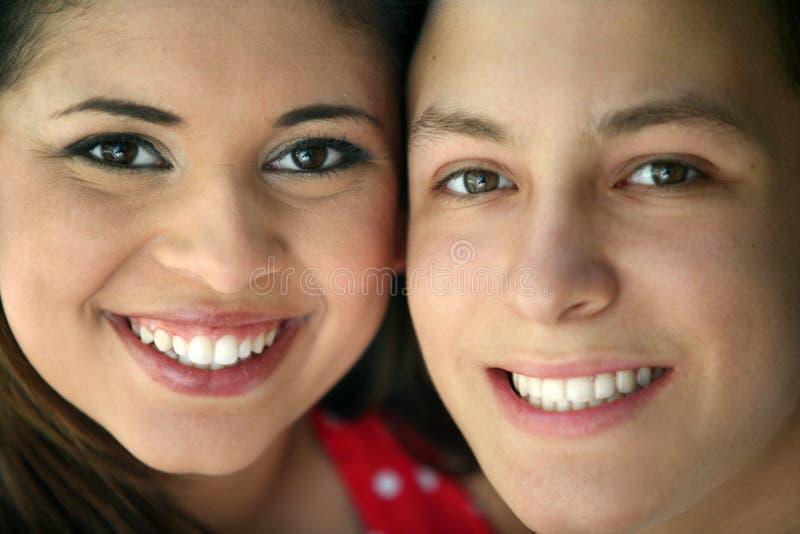 Coppie teenager felici fotografia stock