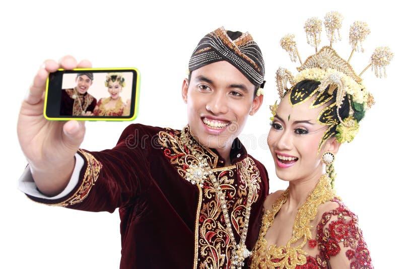 Download Coppie Tradizionali Felici Di Nozze Di Java Con Il Telefono Cellulare Immagine Stock - Immagine di attraente, modo: 30829899