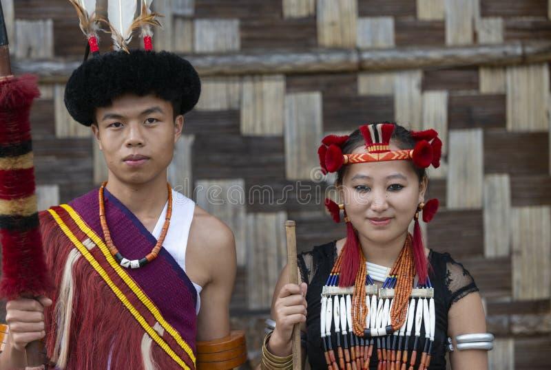 Coppie tribali al festival del bucero, Kohima, Nagaland, India del Naga il 1° dicembre 2013 immagini stock libere da diritti