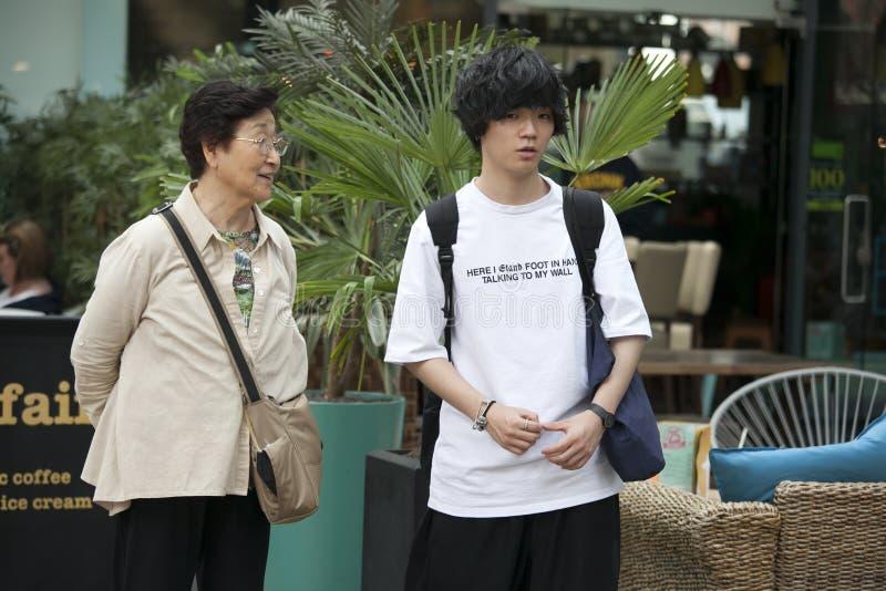 Coppie turistiche del figlio teenager & della madre sul mercato di Spitalfilds immagini stock libere da diritti