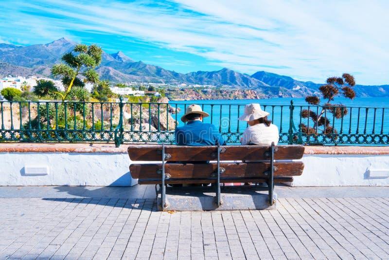 Coppie turistiche - vista panoramica di Nerja spain fotografie stock libere da diritti