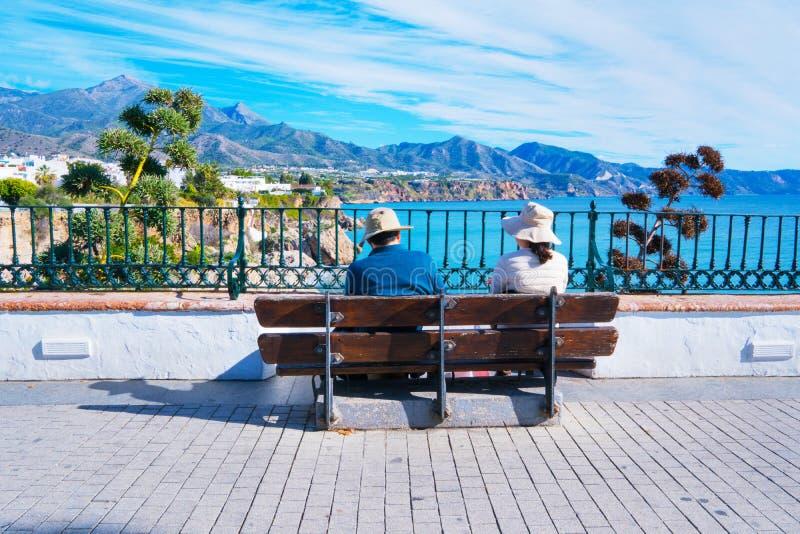 Coppie turistiche - vista panoramica di Nerja spain immagini stock libere da diritti