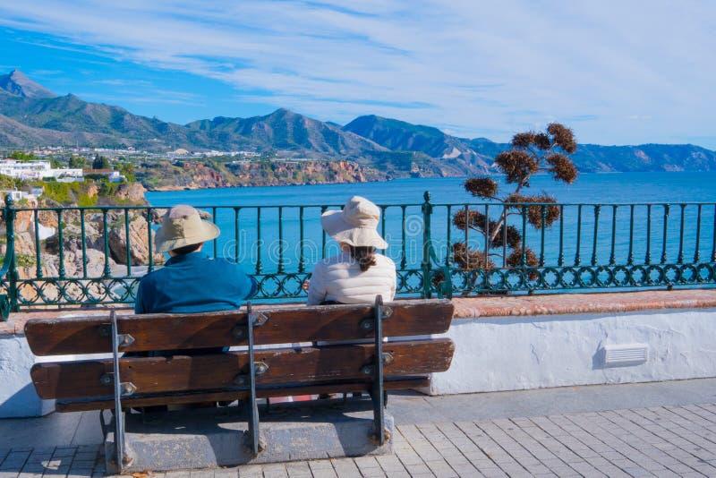 Coppie turistiche - vista panoramica di Nerja spain fotografia stock