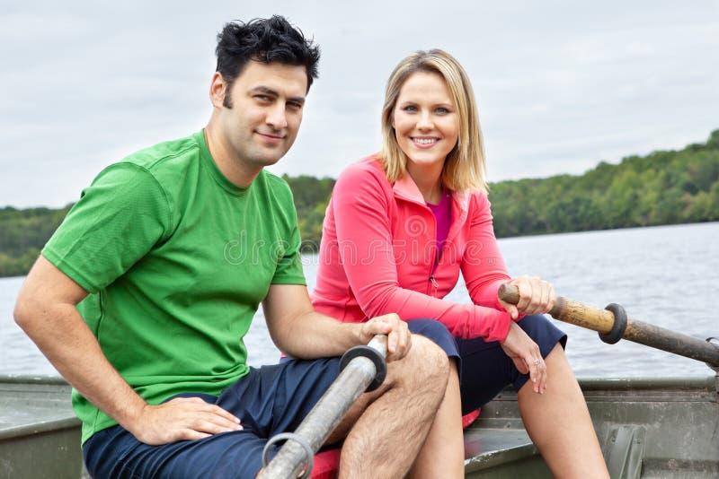 Coppie in un rowboat fotografia stock