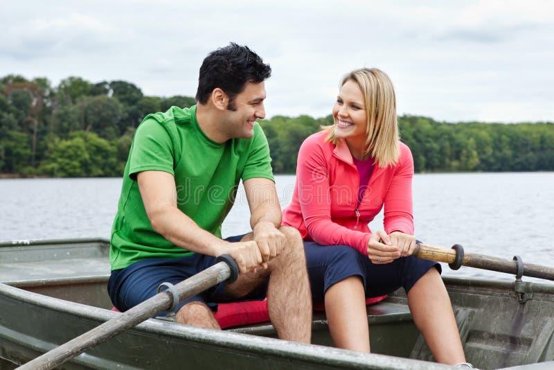 Coppie in un rowboat immagine stock libera da diritti