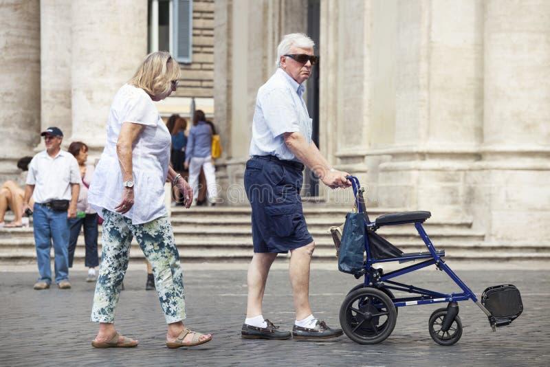 Coppie, uomo e donna con la sedia a rotelle senza una qui sopra immagine stock