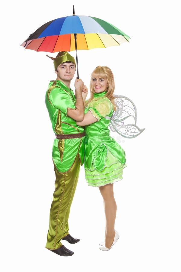 Coppie in vestiti operati sotto un ombrello fotografia stock
