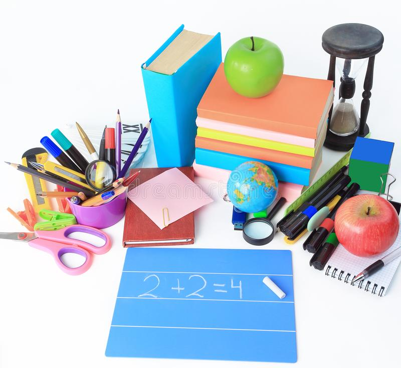 Copra di foglie con i rifornimenti di formula, del gesso e di scuola su fondo bianco immagini stock libere da diritti