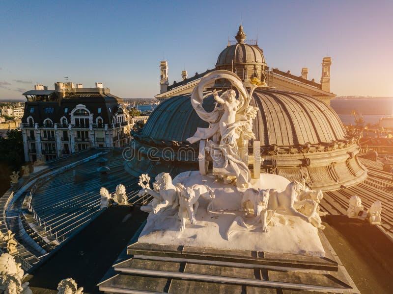 Copra la statua del teatro Odessa Ukraine di balletto e di opera che fa un giro turistico Montagna aerea di Photography Vista sup immagini stock libere da diritti