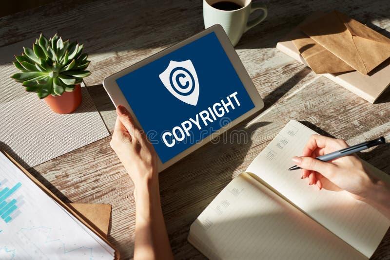 Copyright-pictogram op het scherm Octrooirecht en Intellectuele eigendom Zaken, Internet en technologieconcept royalty-vrije stock afbeeldingen