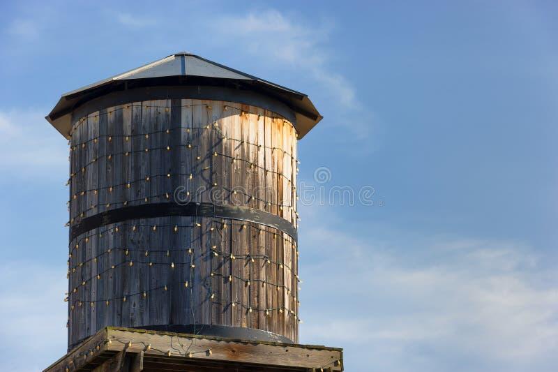 Copyspace av vattentornet mot blåa himlar arkivfoto