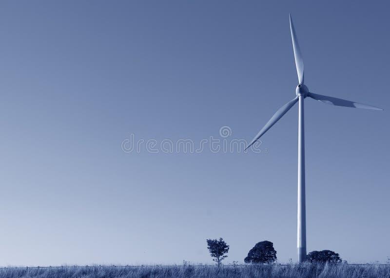 Copyspace bleu de teinte de turbine de vent photographie stock libre de droits