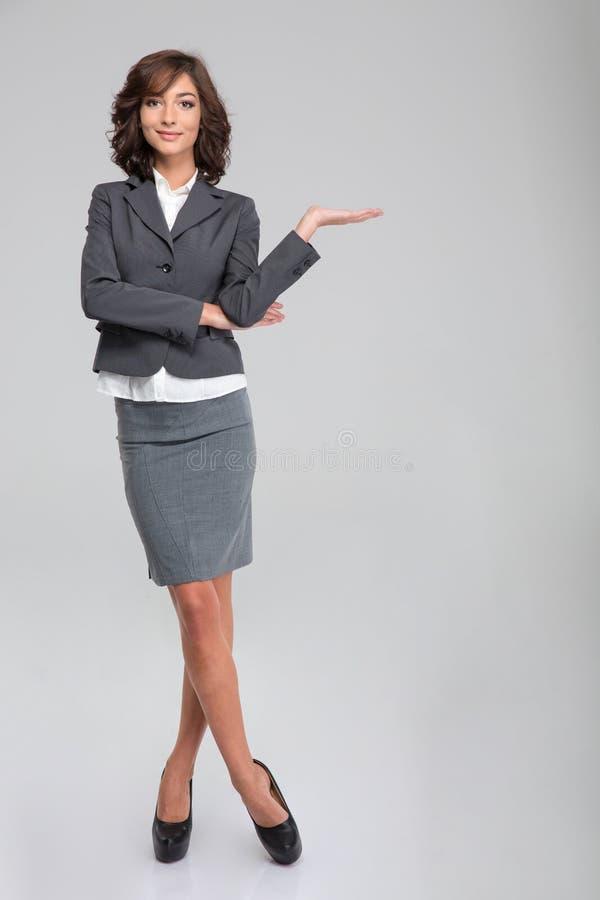 Copyspace hoding da mulher de negócio na palma fotos de stock royalty free