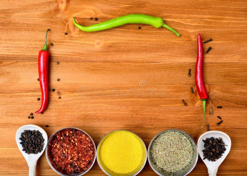 Download Copyspace Jedzenia Rama Z Pikantność I Kulinarnymi Akcesoriami Zdjęcie Stock - Obraz złożonej z fasonujący, kopiasty: 53787038