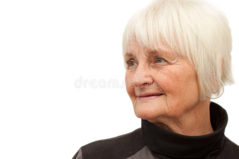 copyspace kobieta śliczna starsza przyglądająca zdjęcie royalty free