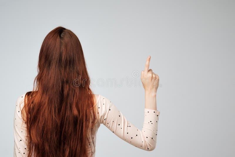 Copyspace met Kaukasische vrouw met lang rood haar van de rug royalty-vrije stock afbeelding