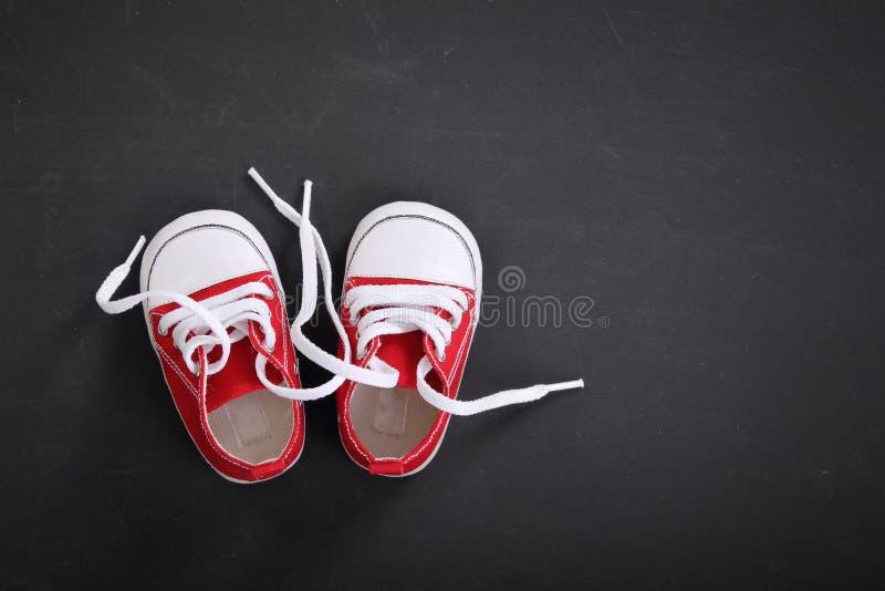 Copyspace sveglio di vista superiore delle scarpe da tennis del bambino fotografia stock libera da diritti
