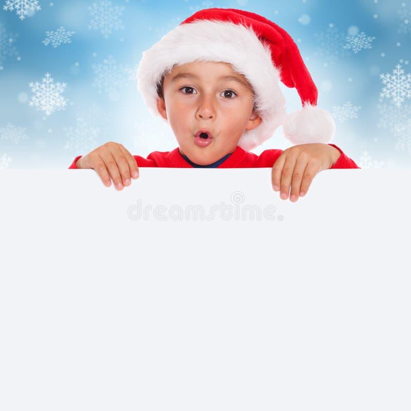 Copyspace vacío de la bandera de Santa Claus de la tarjeta del muchacho del niño del niño de la Navidad foto de archivo