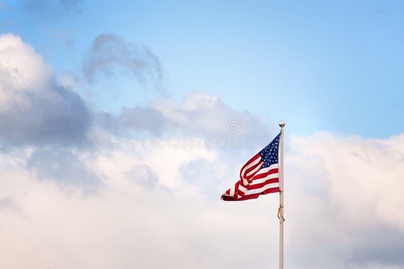 Copyspace van de vlag van de V.S. tegen bewolkte hemel stock foto