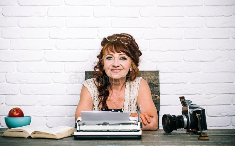 copywriter Старший писатель на столе Работа старухи в офисе писателя Старший тип женщины на ретро машинке Журналист стоковое фото rf