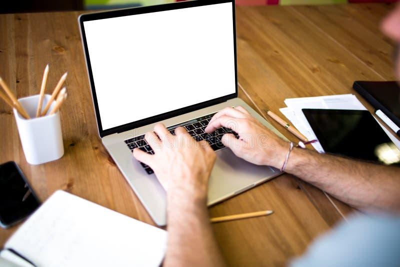 Copywriter som arbetar på anteckningsboken royaltyfria foton