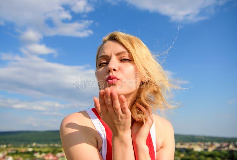 Coquette espiègle d'humeur de fille Art final de séduction Le sourire blond de dame de fille apprécient la liberté et le ciel ble photos libres de droits