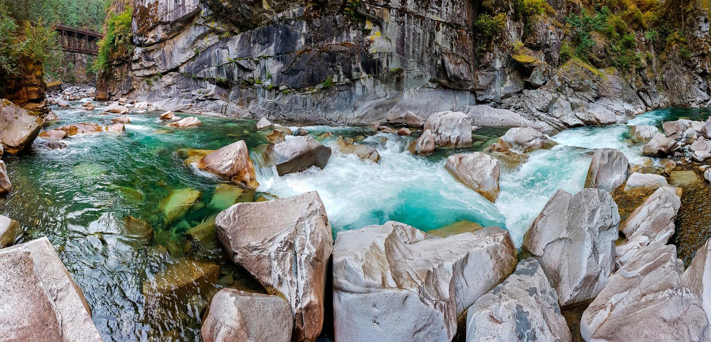 Coquihalla-Fluss in der Coquihalla-Schlucht lizenzfreie stockfotografie