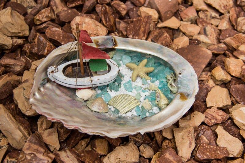 Coquille de conque avec le bateau photos stock