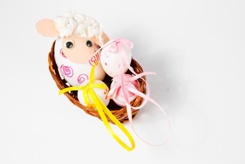 Coquilles d'oeuf fleuries comme bateau - agneau dans le nid - décoration fabriquée à la main de Pâques photo libre de droits