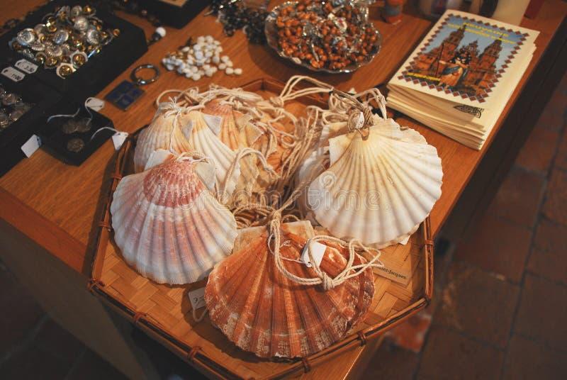 Coquilles de feston de Frances-Vezelay utilisées comme symbole de pèlerinage photographie stock