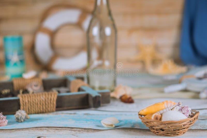 Coquilles de mer de voyage et de vacances sur le concept de relaxation d'accessoires de voyage image stock