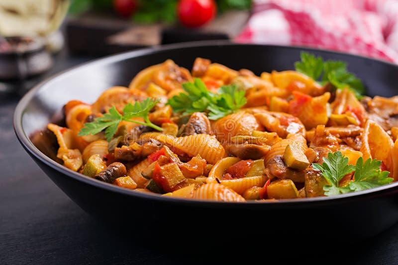 Coquilles italiennes de pâtes avec la sauce de champignons, de courgette et tomate image stock