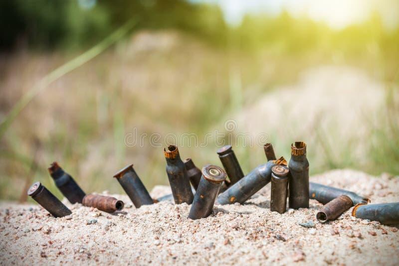 Coquilles rouillées de balle sur le champ de bataille image libre de droits