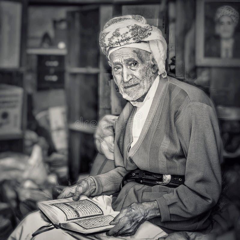 Corão da leitura do ancião foto de stock