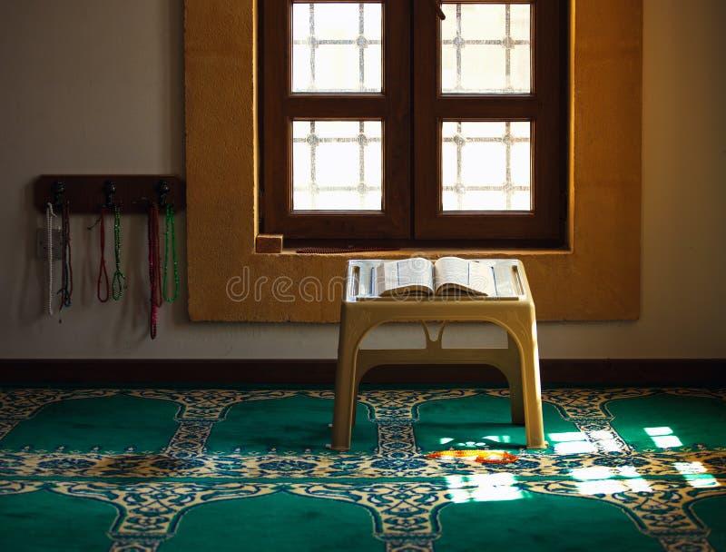 Corão na mesquita imagens de stock