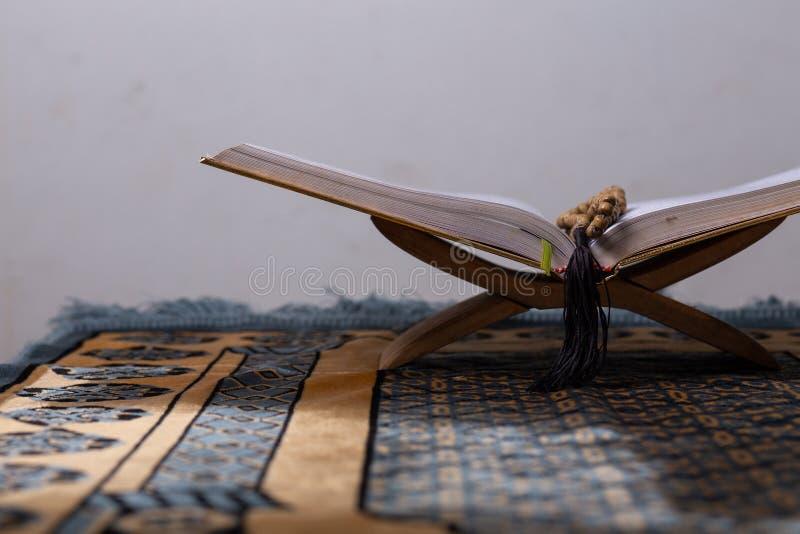 Corão - o livro sagrado da antiguidade dos muçulmanos em todo o mundo leu o mês espiritual do kareem de ramadan do deus da fé da  fotos de stock royalty free