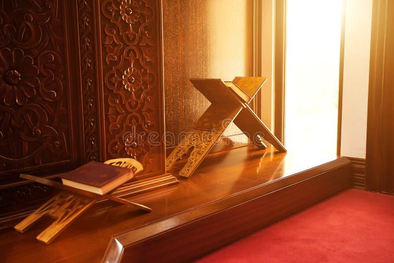Corão santamente em uma mesquita imagem de stock