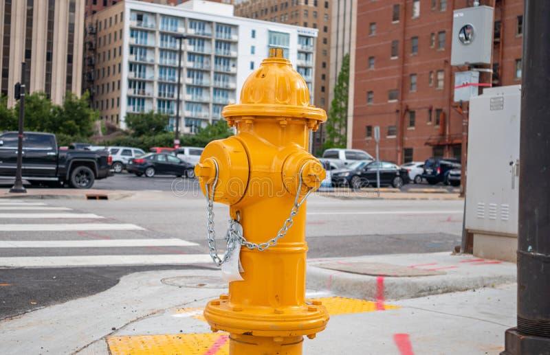 Cor amarela no centro da cidade, dia ensolarado da boca de incêndio de fogo foto de stock royalty free
